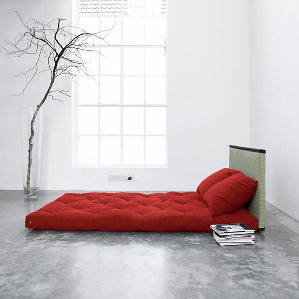 Czerwony futon wminimalistycznej sypialni