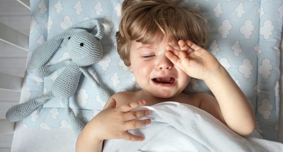 Dziecko budzi się w nocy z płaczem - co robić?