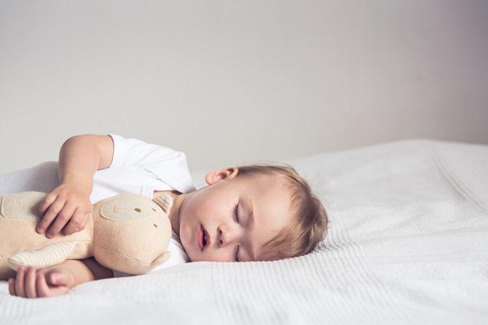 Jak oduczyć dziecko spania zrodzicami