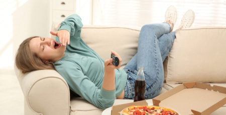 Senność po jedzeniu – skąd się bierze i czy trzeba z nią walczyć