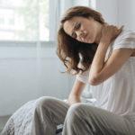 Ból szyi po spaniu – jakie są jego przyczyny i w jaki sposób go uniknąć?