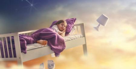 Wyobrażenie śnienia: dziewczynka śpiąca na unoszącym się w kolorowej przestrzeni łóżku - zdrowy-sen.eu