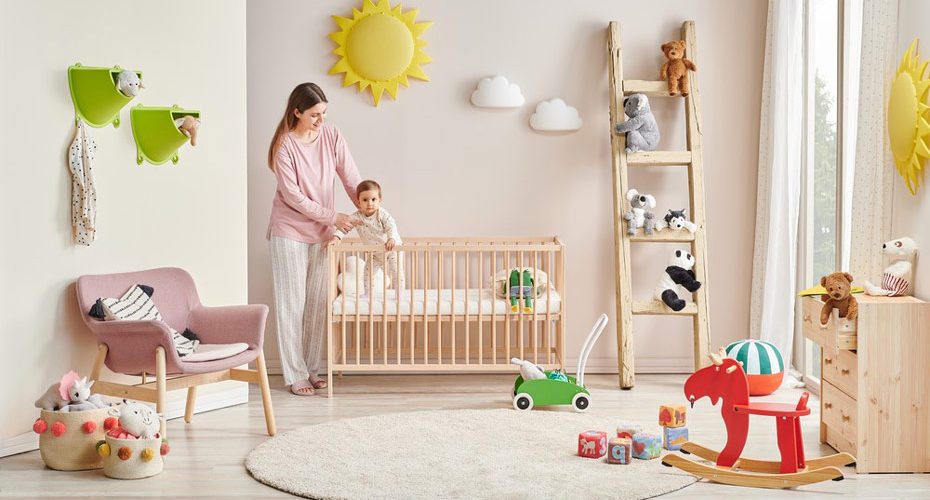 Pokój dziecięcy, niemowlę w łóżeczku i mama zastanawiająca się, jak nauczyć dziecko spać w swoim pokoju - zdrowy-sen.eu