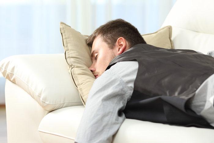 Mężczyzna śpiący nasofie ztwarzą wpoduszce - zdrowy-sen.eu