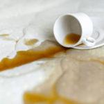 Plama z kawy na białym materacu bez pokrowca - zdrowy-sen.