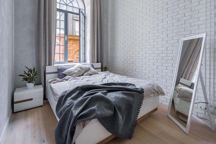 Jasna sypialnia zlustrem stojącym wrogu pomieszczenia - zdrowy-sen.eu