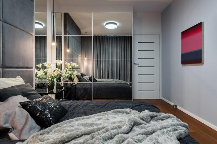Praktyczne lustra wsypialni umieszczone naprzesuwnych drzwiach dołazienki - zdrowy-sen.eu
