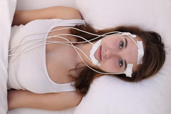 Młoda kobieta wlaboratorium snu poddawana badaniom wleczeniu bezsenności - zdrowy-sen.eu
