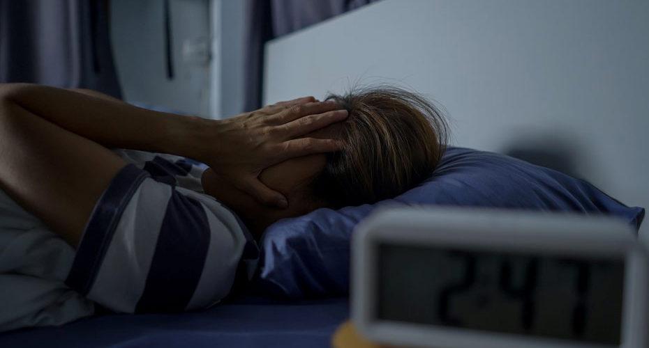 Cierpiąca na Zespół Elpenora kobieta wybudzona w nocy w fazie snu głębokiego - zdrowy-sen.eu